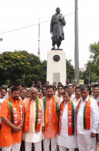 paying-respect-to-Sardar-Patel